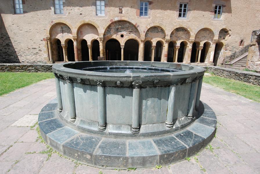 Bassin en Serpentinite COUR EXTERIEURE DU cloître de l'abbaye de Conques