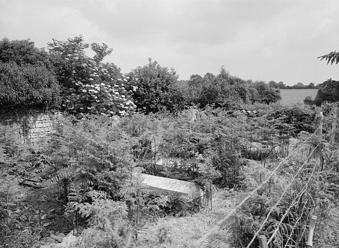 Le cimetière protestant privé de la ferme du Petit-Chatenet à Chail. Photographie Alain Dagorn, 1991