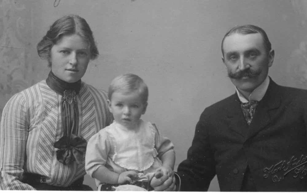 Elise og Einar Hirsch med Per