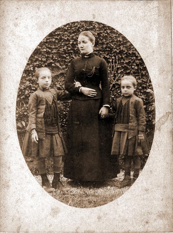 1900_MARIE_Andre_PIQUENARD_Augustine_et_MARIE_Germaine.JPG