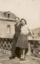 Margot et Raymond sur une terrasse de l'hôpital