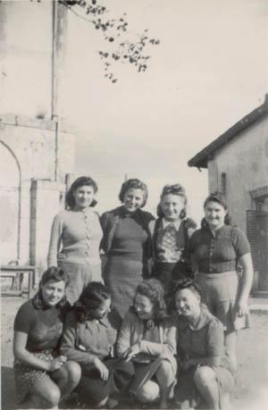 Les Bistouillardes dans la cour du camp de Gaillon