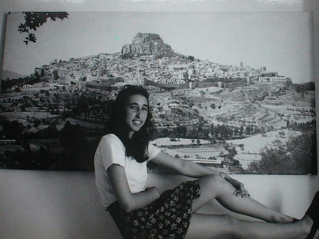 Pilar_Sebastia_en_el_Perello_con_el_cuadro_de_Morella_al_fondo.JPG