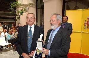 El_Ministro_entrega_la_Encomienda_al_Merito_Agrario_a_Luis_Manuel_de_Villena.jpg
