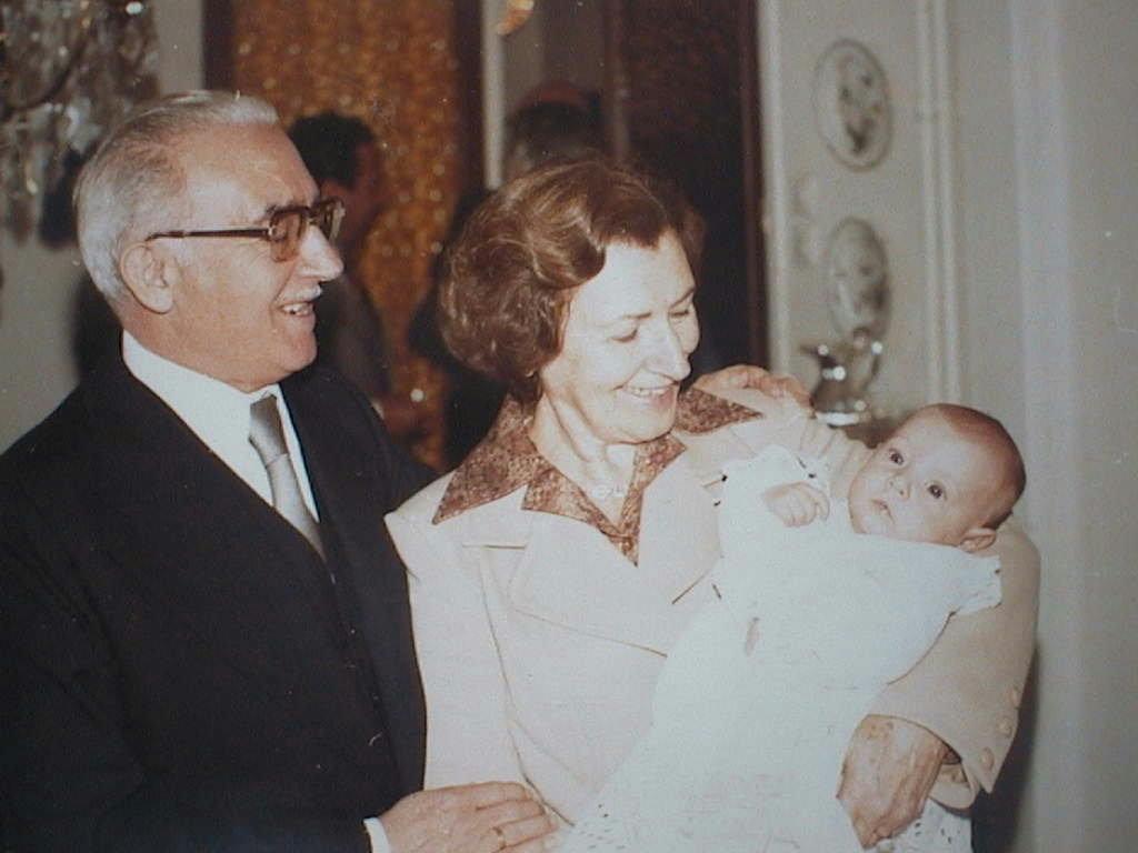 Ana_Sarda_Manuel_de_Villena_a_los_pocos_meses_con_sus_abuelos_Ramon_y_MatildeJPG.JPG