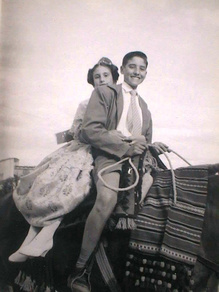 Espe_y_Luis_a_la_grupa_en_Morella._Sexenio_1958.JPG
