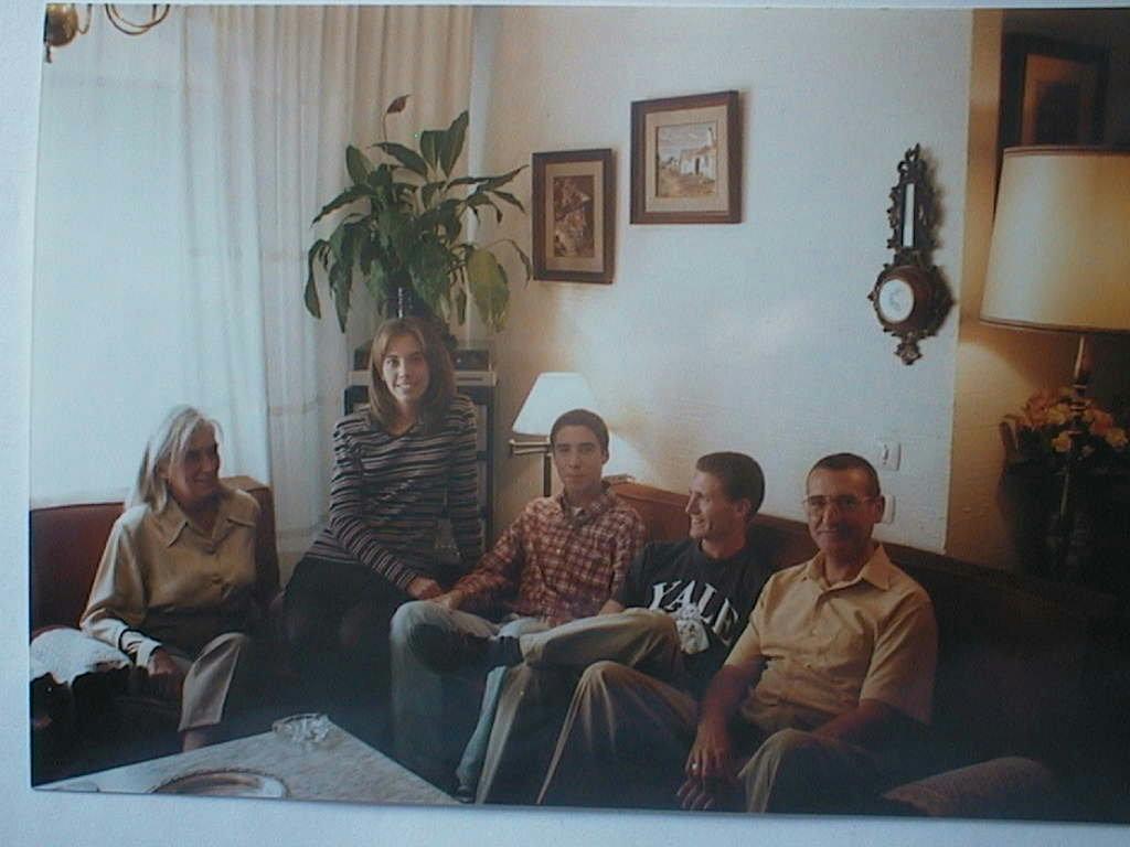 Arancha_con_sus_padres_y_hermanos_en_Jordan.JPG
