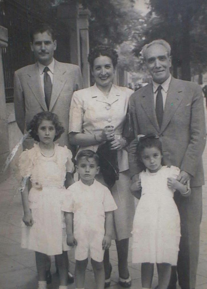 Luis_Manuel_de_Villena_Cabeza_con_sus_padres_abuelo_Jesus_Cabeza_y_hermanas_Pili_y_Merce.JPG