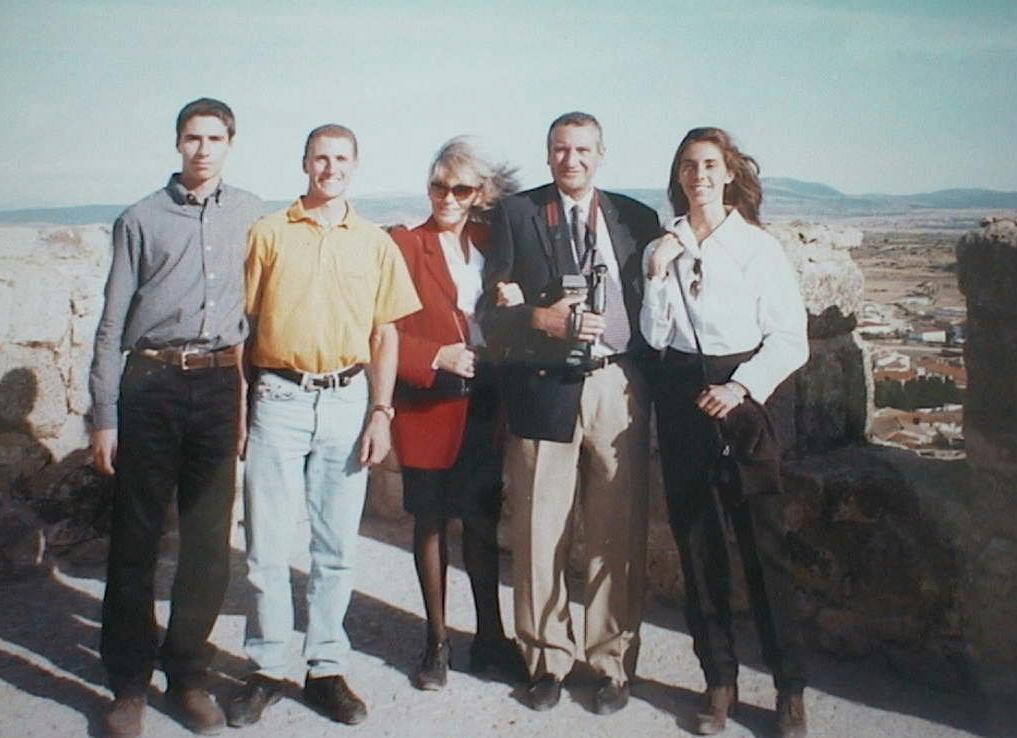 Luis_Manuel_de_Villena_Fidalgo_con_sus_padres_y_hermanos_en_el_Monasterio_de_Guadalupe._Septiembre_1996.JPG