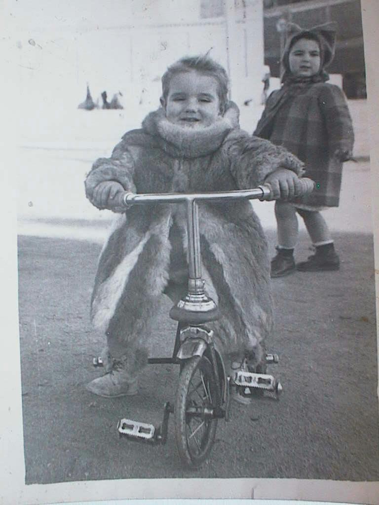 Luis_Manuel_de_Villena_en_triciclo_el_30_enero_1946.JPG