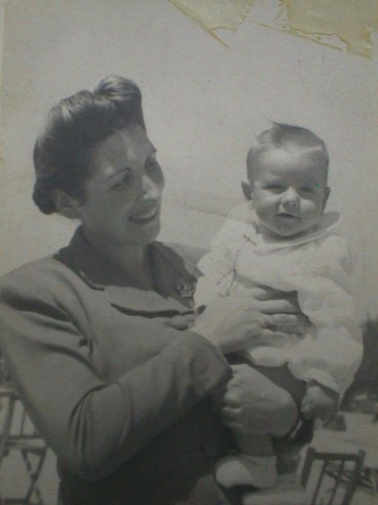 Luis_con_su_madre_el_29_de_abril_1945.JPG
