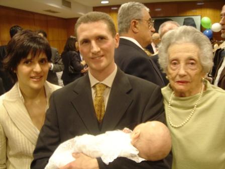 Con_sus_padres_y_bisabuela.JPG