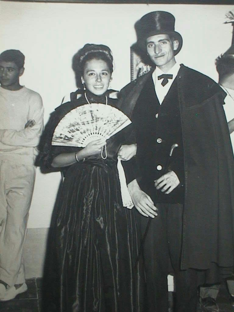 Chichina_con_Luis_en_el_baile_de_disfraces_en_Morella._Verano_1964.JPG