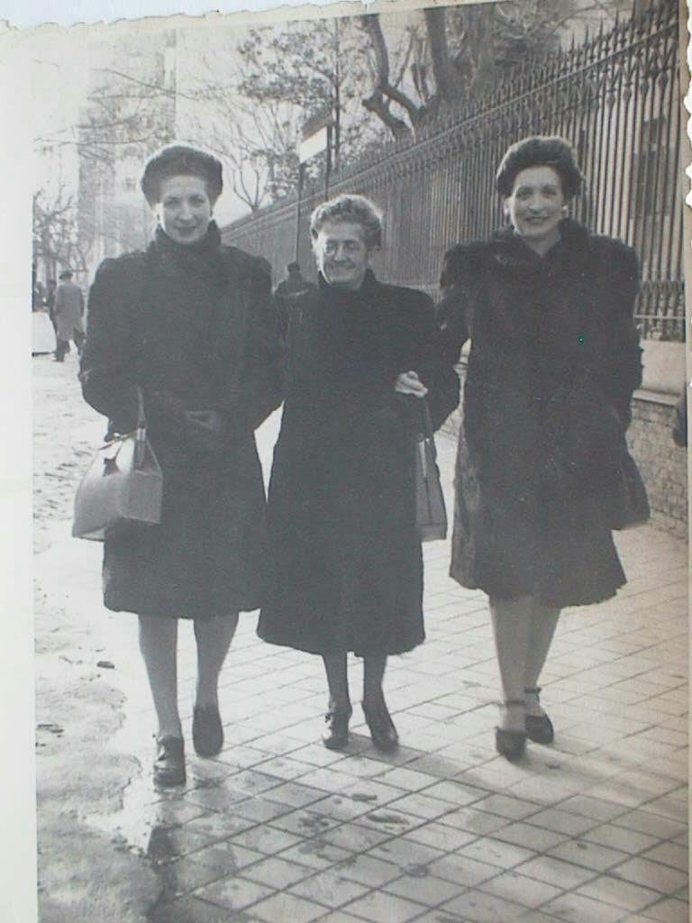 Gregoria_Gerez_Ariza_con_sus_hijas_Pilar_y_Lola.Madrid_27_enero_1946.JPG