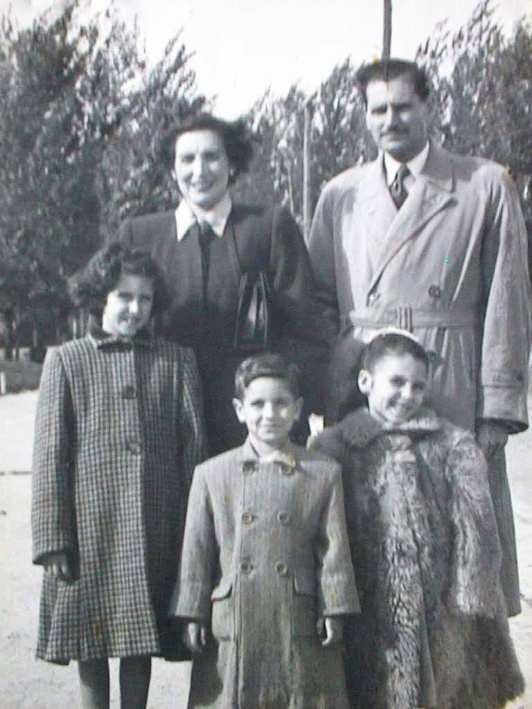 Luis_Manuel_de_Villena_y_Pilar_Cabeza_con_sus_hijos_el_7_Nov._1948.JPG