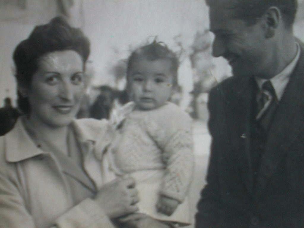 Mercede_Manuel_de_Villena_con_sus_padres_el_23_abril_1944.JPG