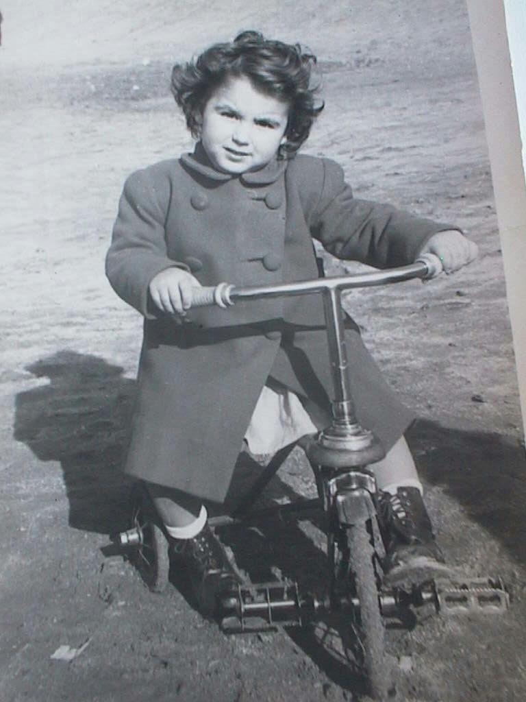 Mercedes_Manuel_de_Villena_Cabeza_en_triciclo_el_27_enero_1946.JPG