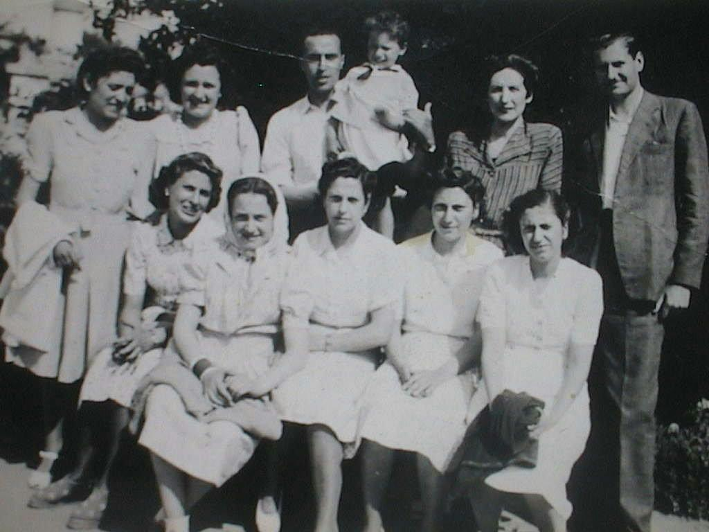 Luis_Manuel_de_Villena_Mingorance_con_su_mujer_Pilar_Cabeza_y_hermanas_en_Aranjuez._Mayo_1944.JPG
