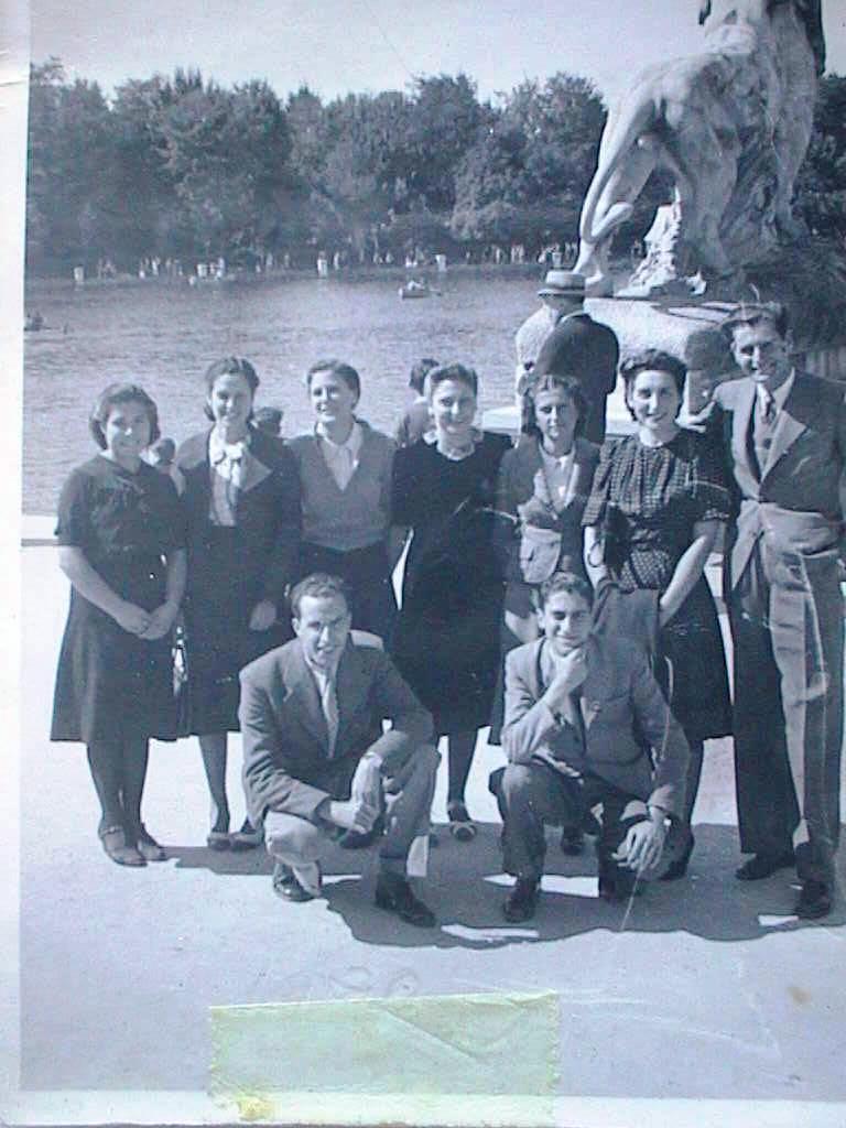 Papi_Luis_con_sus_hermanos_en_el_Retiro._Octubre_de_1940.JPG