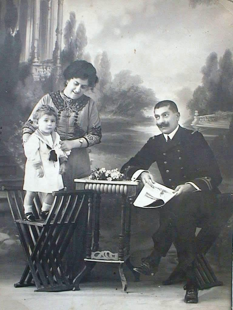 Papi_Luis_con_sus_padres_1912_.JPG