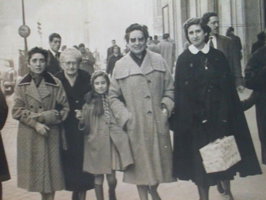 Pilar_Manuel_de_Villena_con_su_madre_abuela_Gregoria_tia_espe_y_hermana_Espe_el_31_de_enero_de_1957.JPG