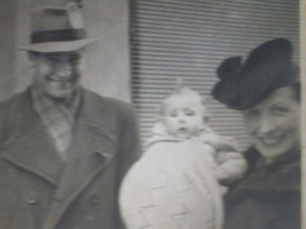 Pilar_Manuel_de_Villena_con_sus_padres_en_marzo_1942.JPG