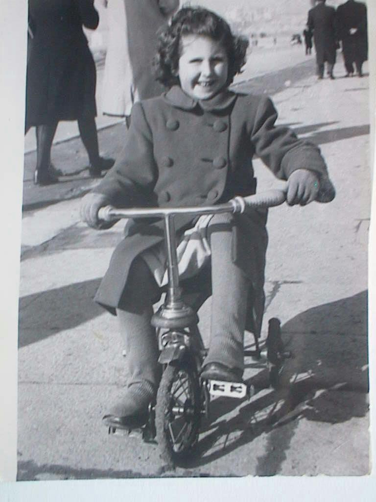 Pilar_Manuel_de_Villena_en_triciclo_el_27_enero_1946.JPG