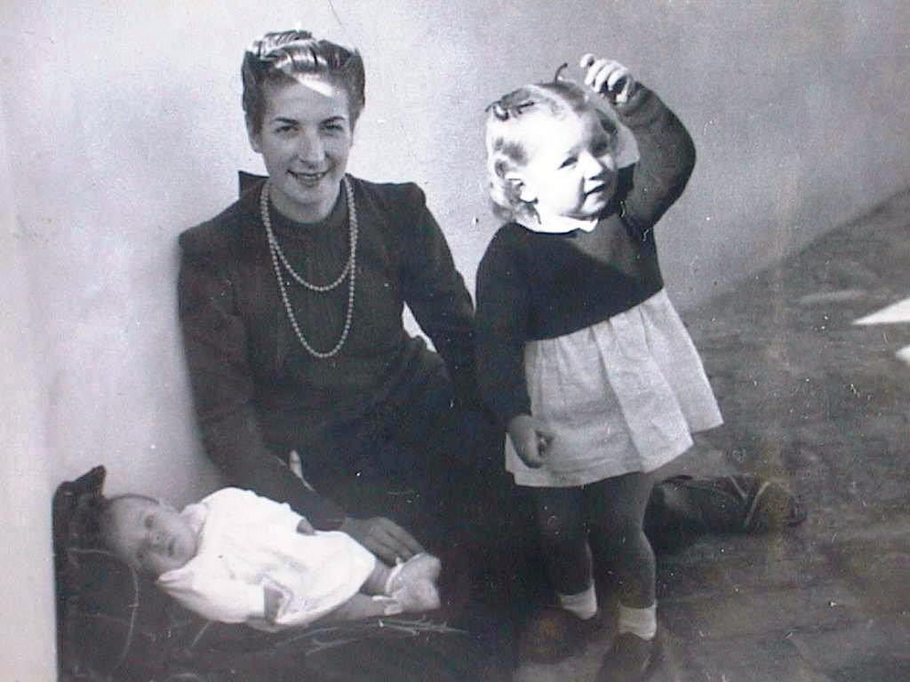 Mari_Tere_Blanch_Cabeza_con_Amparo_y_Tia_Lola._3_Diciembre_1941.JPG