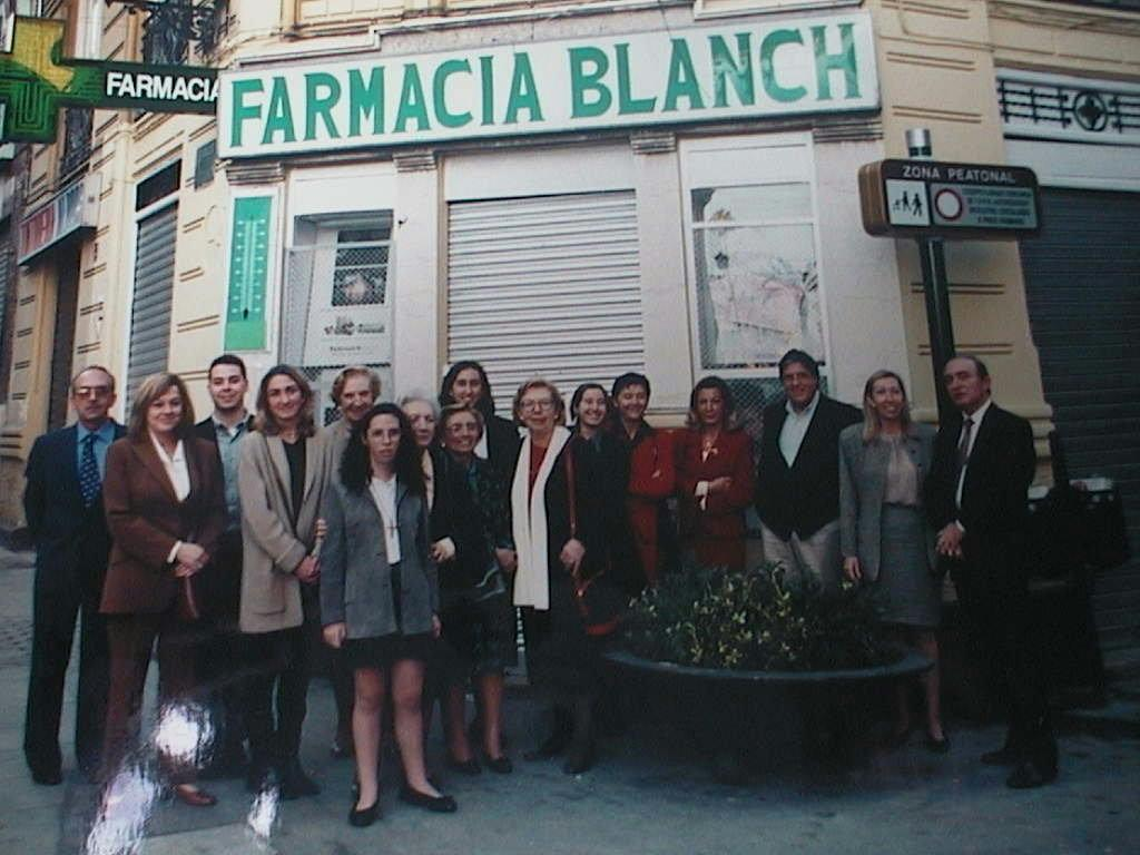 Mari_Tere_Blanch_con_la_familia_a_las_puertas_de_su_Farmacia.JPG