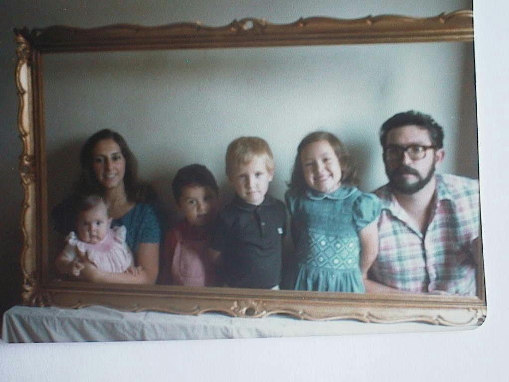 Trini_Ernesto_y_sus_hijos_en_Septiembre_1974.JPG