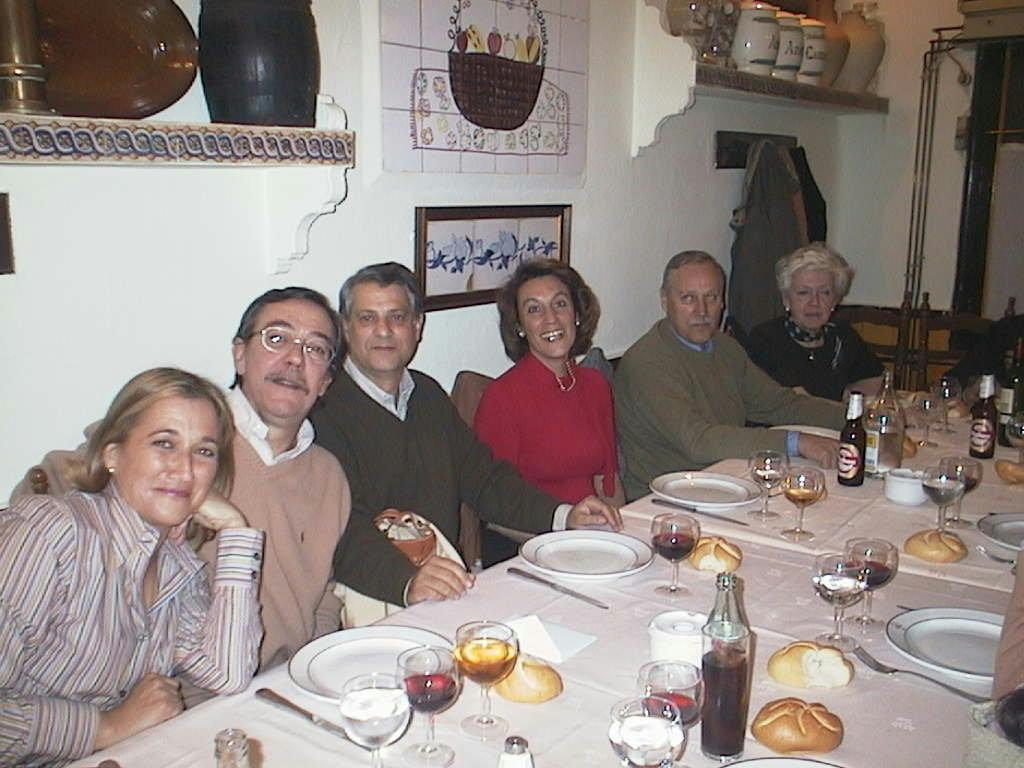 Elena_de_Corral_con_su_marido_y_primos_en_el_Rte._La_Corralada_en_Madrid.JPG