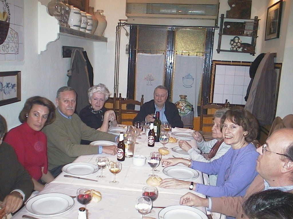 Fernando_de_Corral_con_su_madre_su_mujer_y_primos_en_el_Rte._La_Corralada_en_Madrid.Febrero_2002.JPG