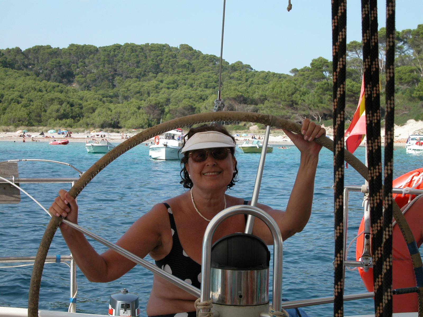 Maria_Amelia_de_Corral_navegando_en_el_Myotragus_por_la_costa_sur_de_Menorca.jpg