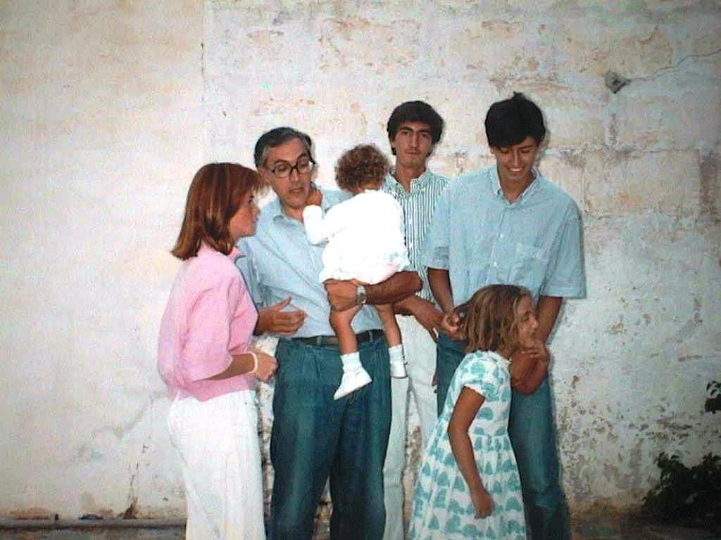 Luis_Lopez_Manuel_de_Villena_con_Fernando_Luis_y_Blanca_Jaume_Saura_y_Lucrecia_Saura._Las_Covas_Agosto_1990.JPG