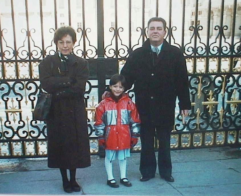 Maria_Antonia_Lopez_Manuel_de_Villena_con_su_marido_Jose_Manuel_Olives_y_su_hija_Elvira._Navidad_1997.JPG
