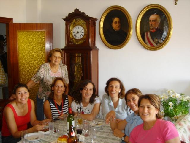 Con su madre, su hija Elvira, hermanas y prima Elena