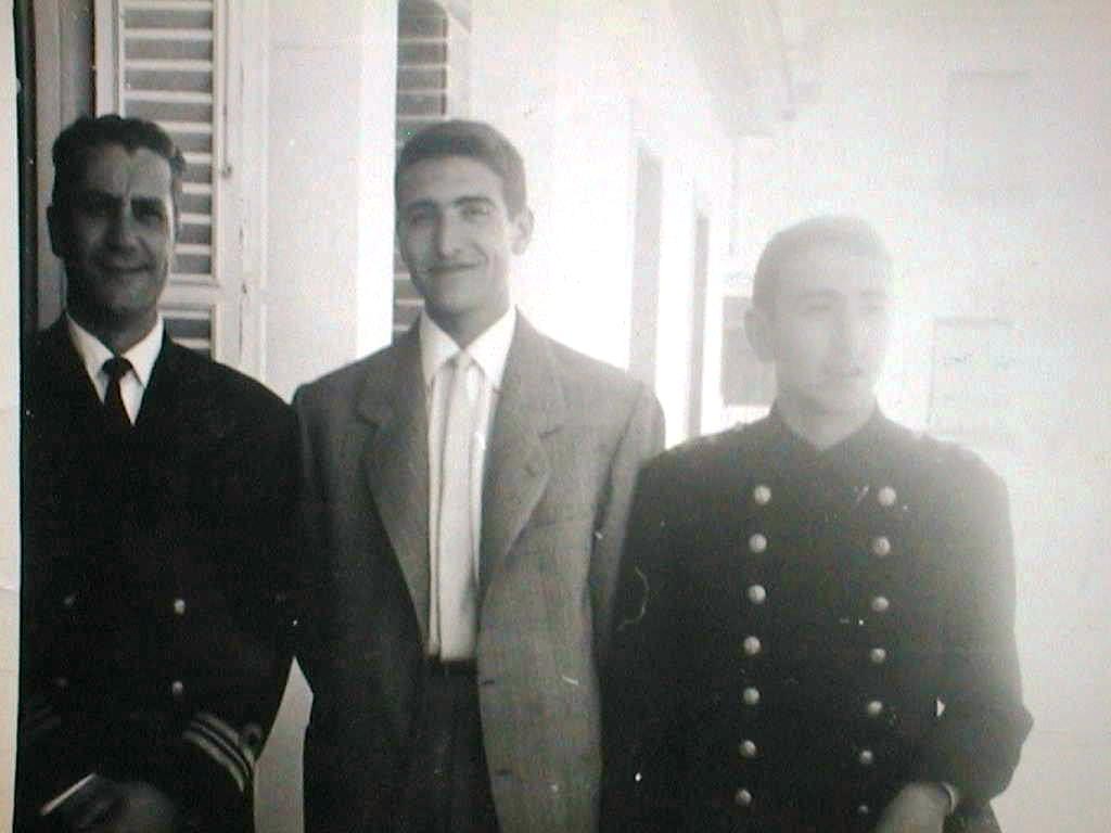 Carlos_Saura_con_Tio_Pepe_y_Luis_en_San_Fernando.Abril_1965.JPG