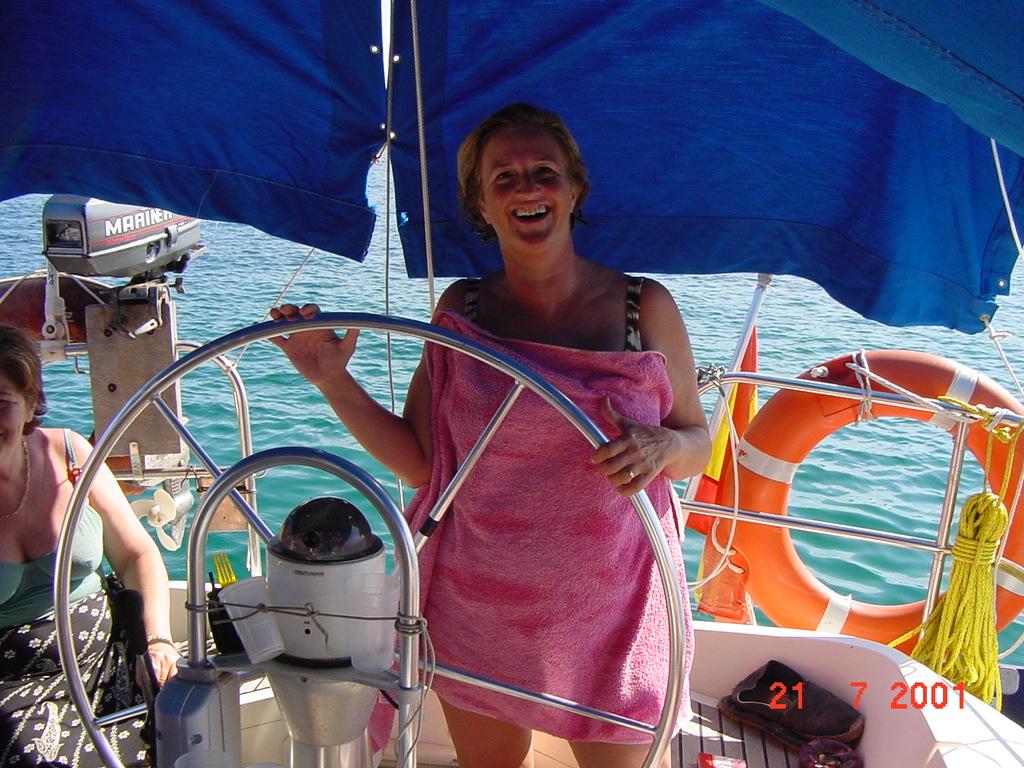 Mari_Carmen_Saura_al_volante_de_una_embarcacion.jpg