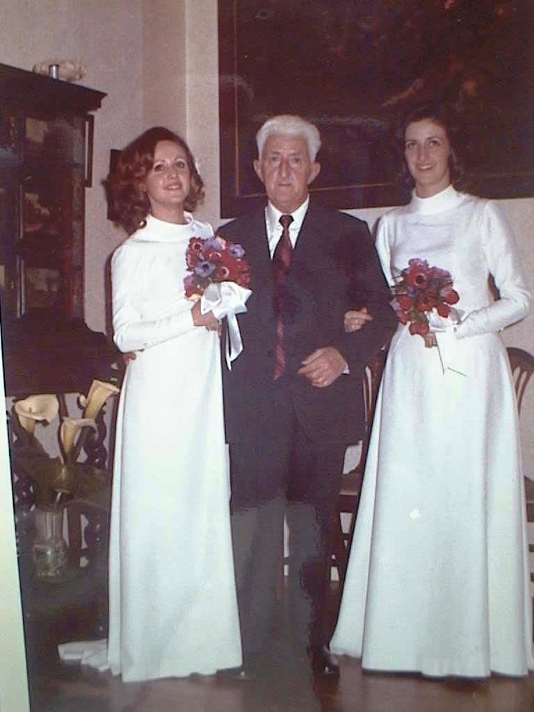 Mercedes_y_MCarmen_Saura_de_novias_con_su_padre._Mayo_1973.JPG