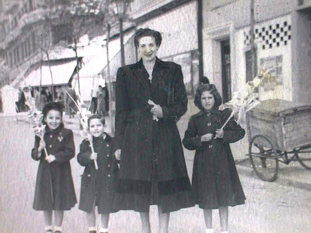 Dolores_Cabeza_Gerez_con_sus_sobrinos_Pili_Merche_y_Luis.Domingo_de_Ramos.11_abril_1949.JPG
