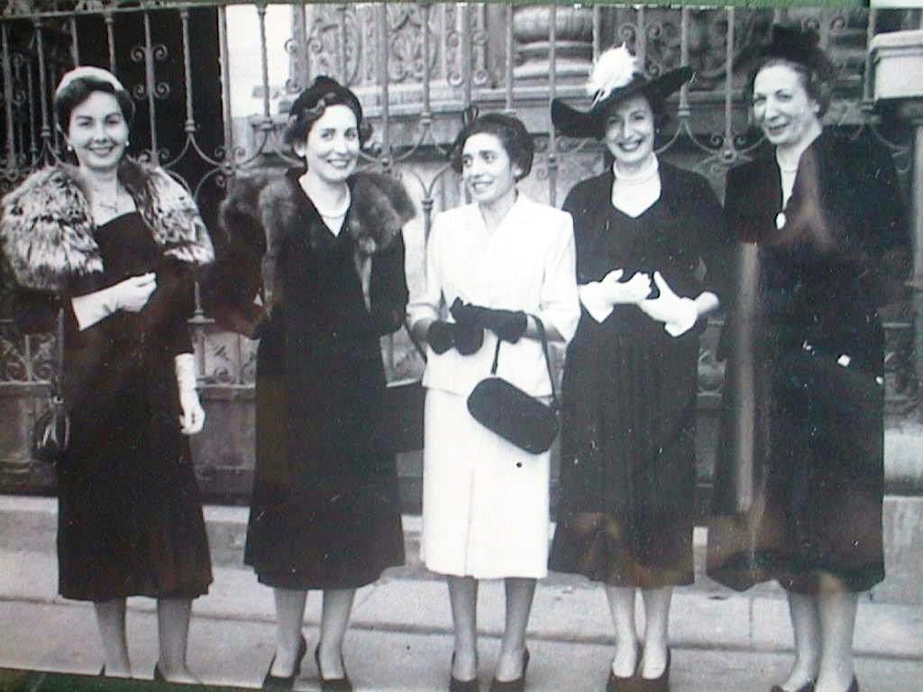 Dolores_Cabeza_con_sus_hermanas_Pilar_y_Esperanza_y_primas_Angelita_Ariza_y_Pilar_Cabeza.JPG