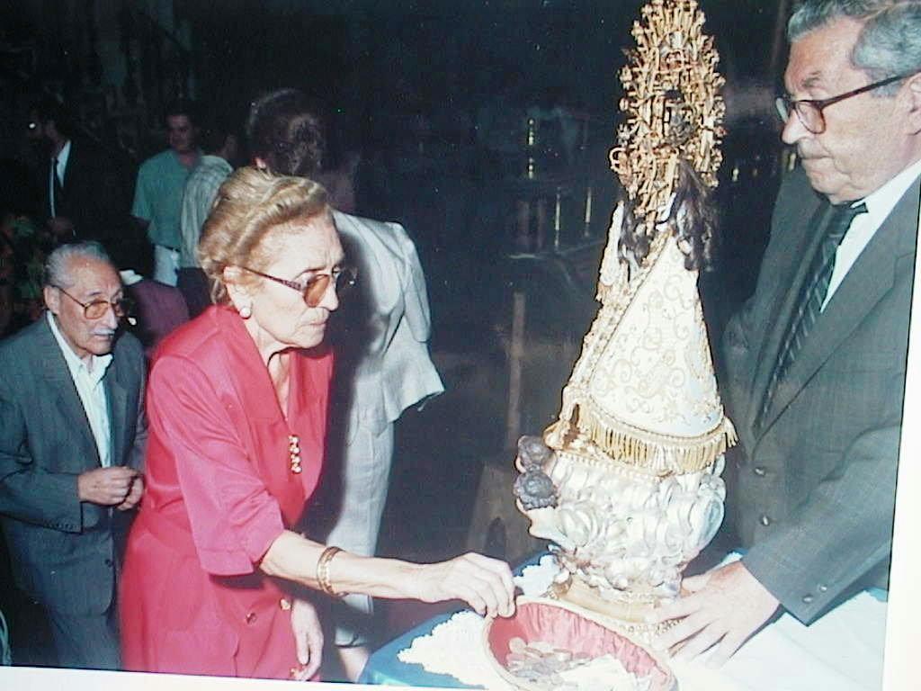 Esperanza_Cabeza_Gerez_besando_la_Virgen_de_Vallivana._Agosto_2000.JPG