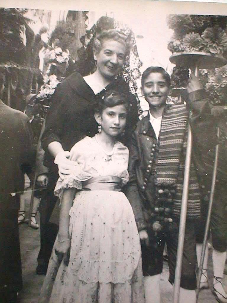 Tia_Lola_con_Luis_y_Espe_en_la_Ofrenda_de_Flores._Sexenio_1958.JPG