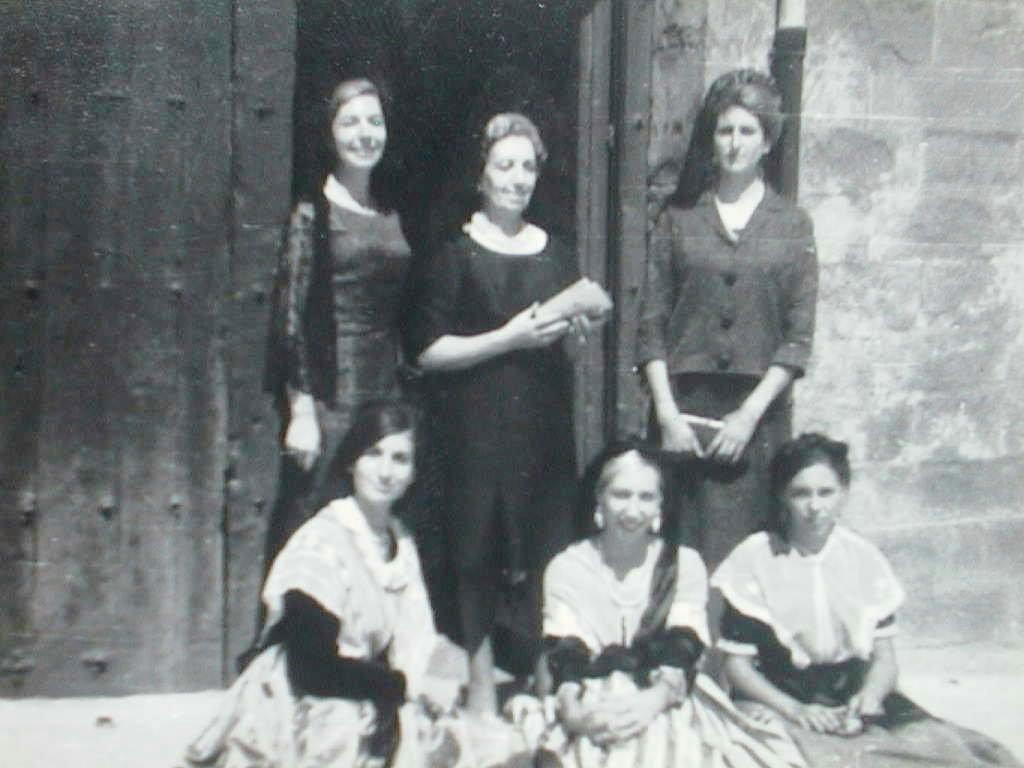 Tia_Tere_con_sus_hijas_y_sobrinas_el_dia_de_la_Colonia_de_Morellanos_Ausentes._Agosto_1964.JPG