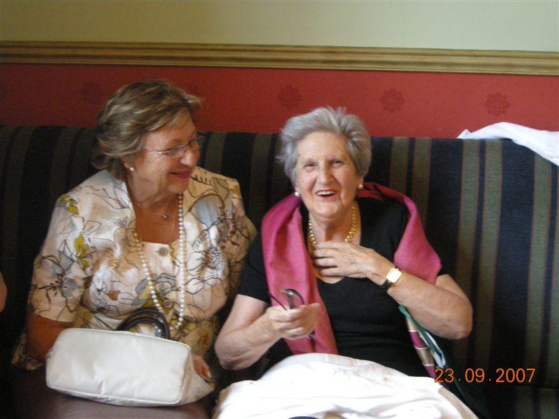 En su 90 cumpleaños con su cuñada Mari Carmen Millan