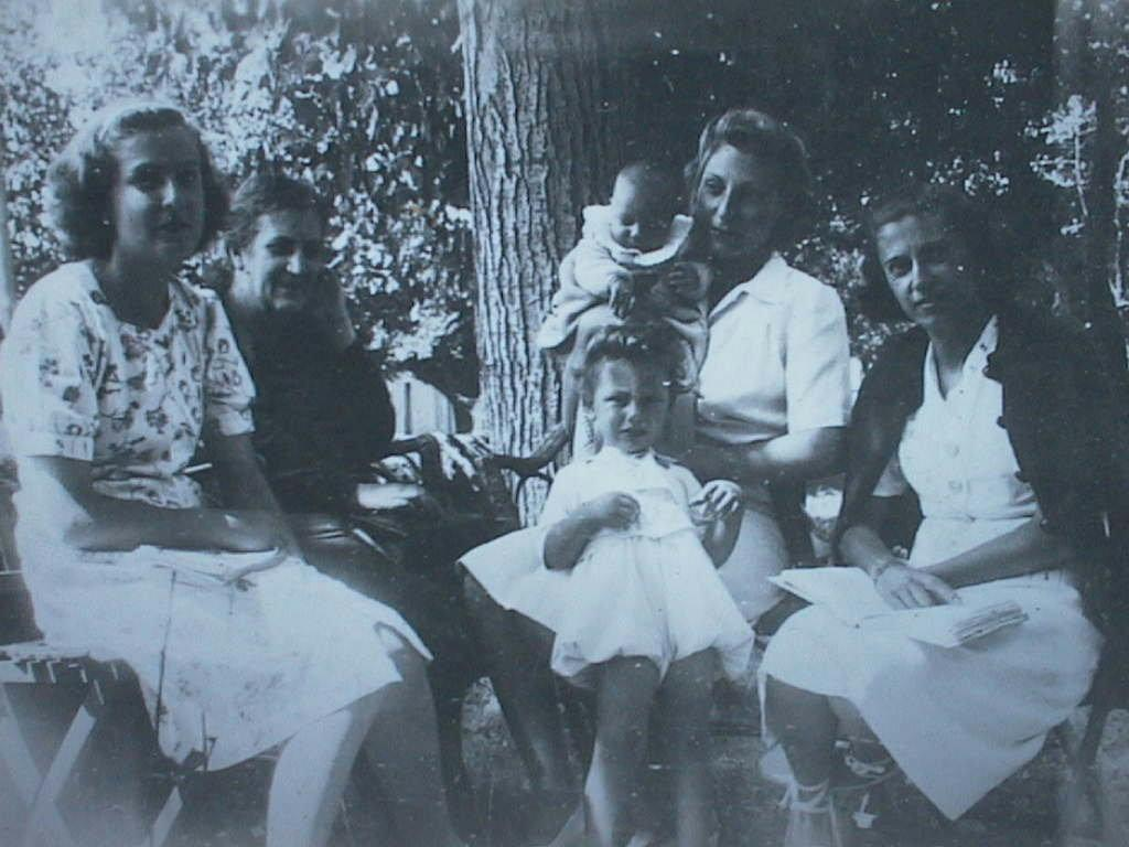 Abuela_Mercedes_con_Ditas_Amelia_Elvira_en_Navacerrada_1943.JPG
