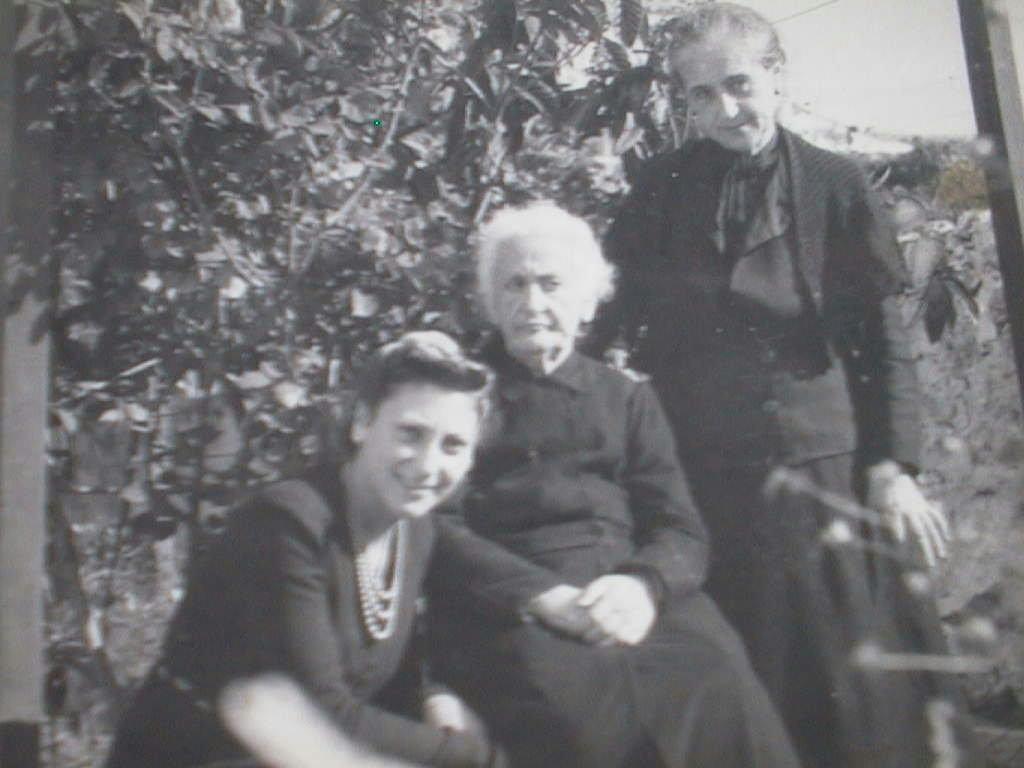 Amelia_Manuel_de_Villena_con_su_abuela_Elvira_y_Tia_Luisa._A_o_1940.JPG