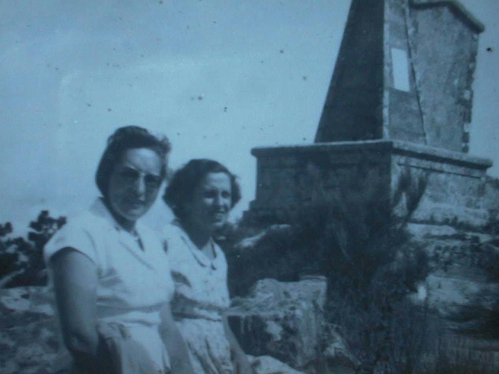 Mami_Pili_con_tia_Carmen_en_Santa_Tecla.Agosto_1957.JPG