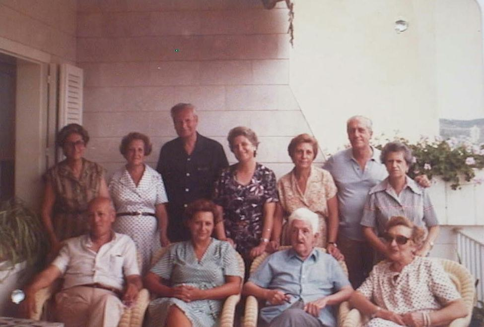 Santiago_Saura_con_su_mujer_y_cu_ados_en_1975.JPG