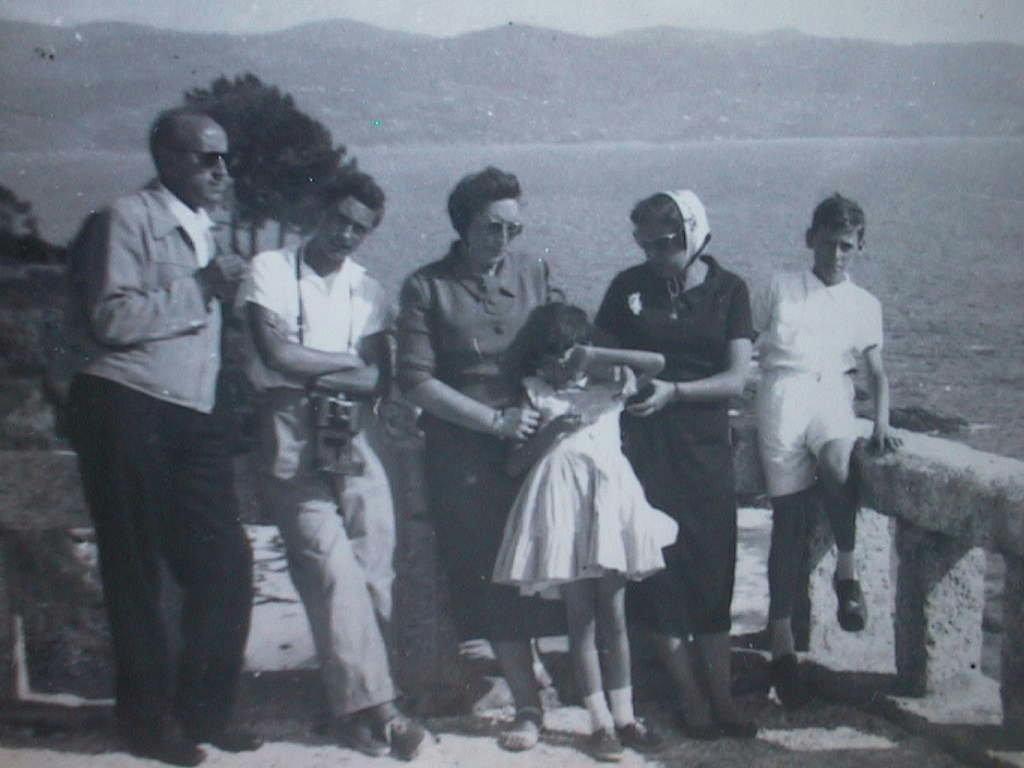 Tio_Angel_en_el_mirador_de_Sanjenjo_en_Agosto_1957.JPG